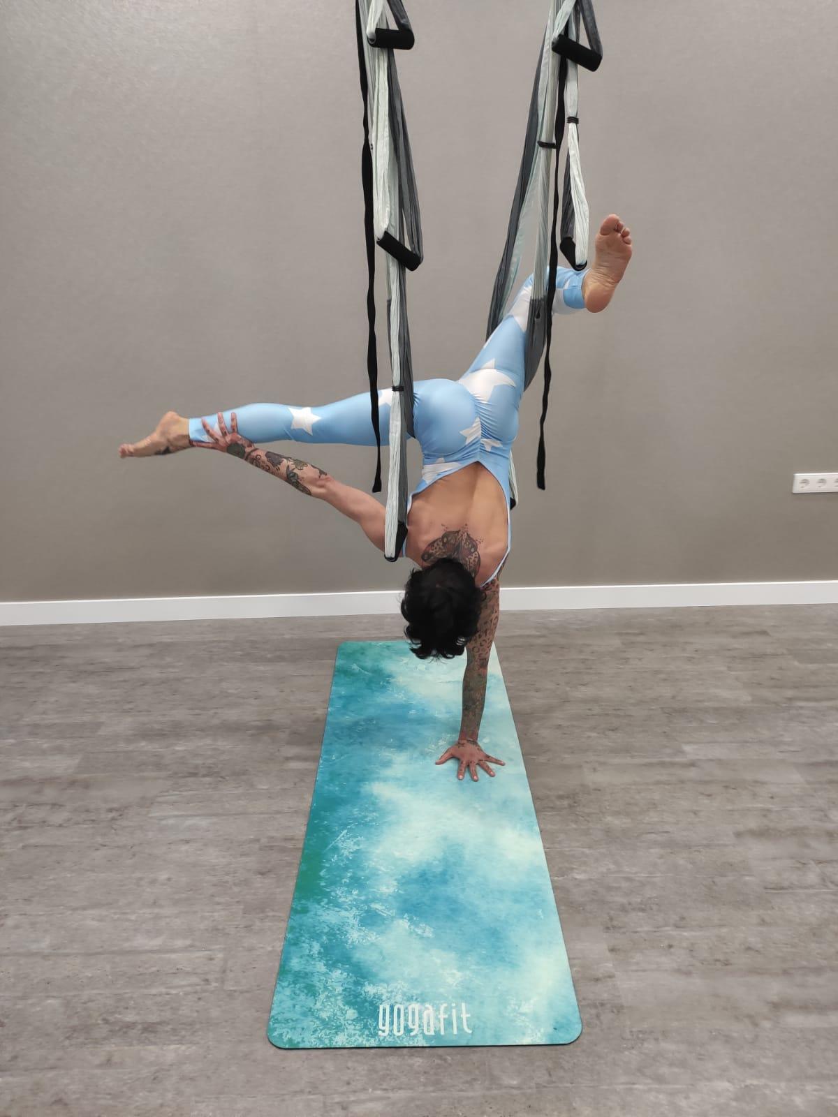 beneficios del yoga con columpio
