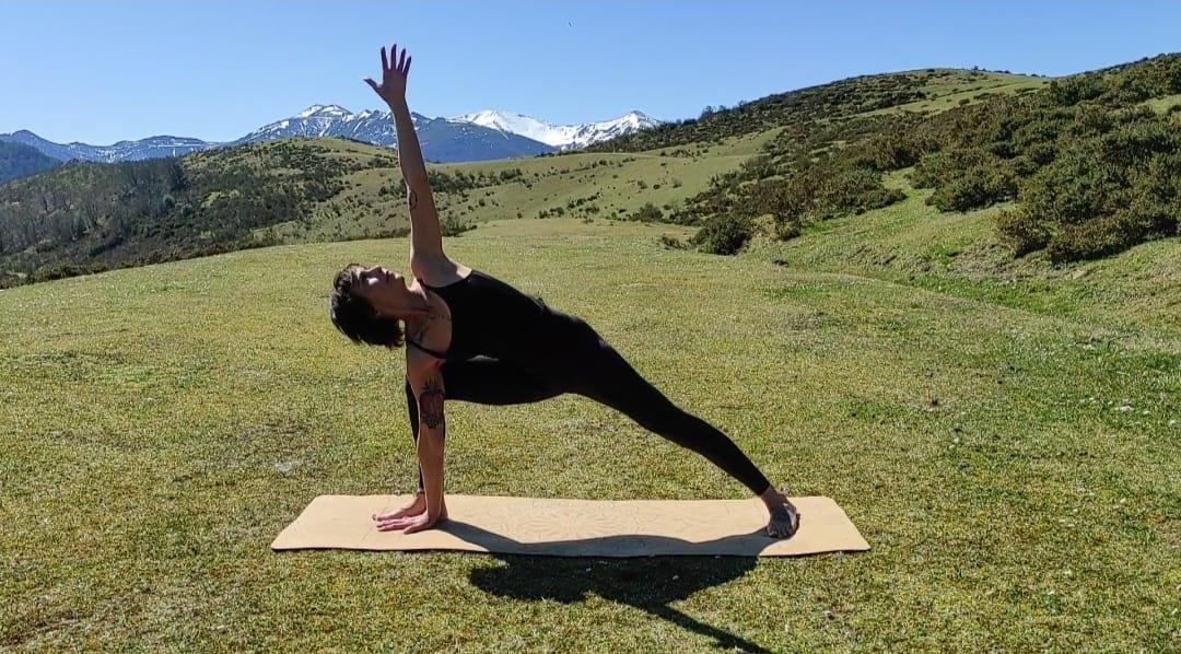 yoga al aire libre en naturaleza