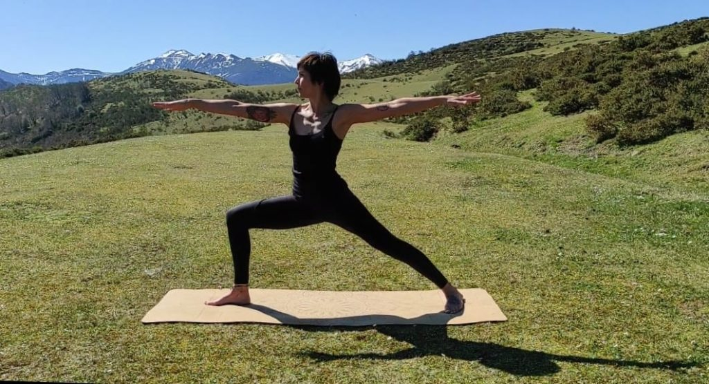 practicar yoga al aire libre
