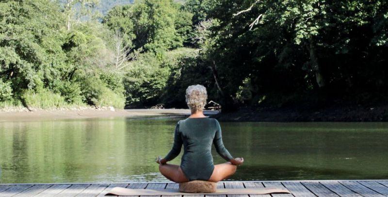 Iniciarse en el yoga - persona meditando