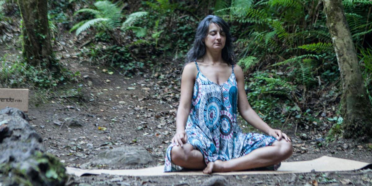Esterillas de yoga, Shop YogaFit, chica haciendo un ejercicio de yoga